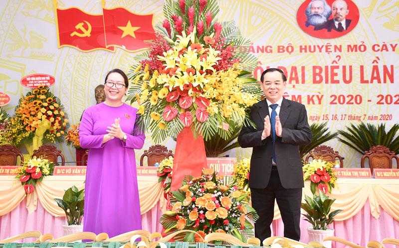 Phó bí thư Thường trực Tỉnh ủy Trần Ngọc Tam trao hoa chúc mừng đại hội