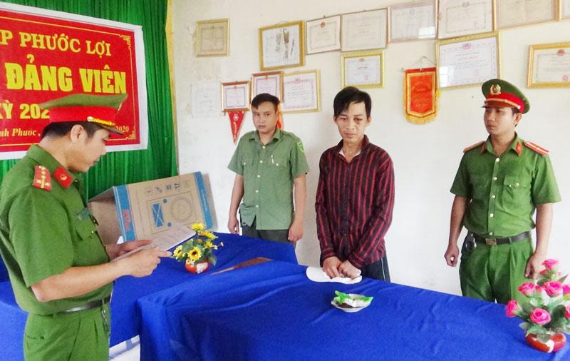 Công an huyện Bình Đại thi hành lệnh bắt tạm giam đối với Nguyễn Đình Cảnh.