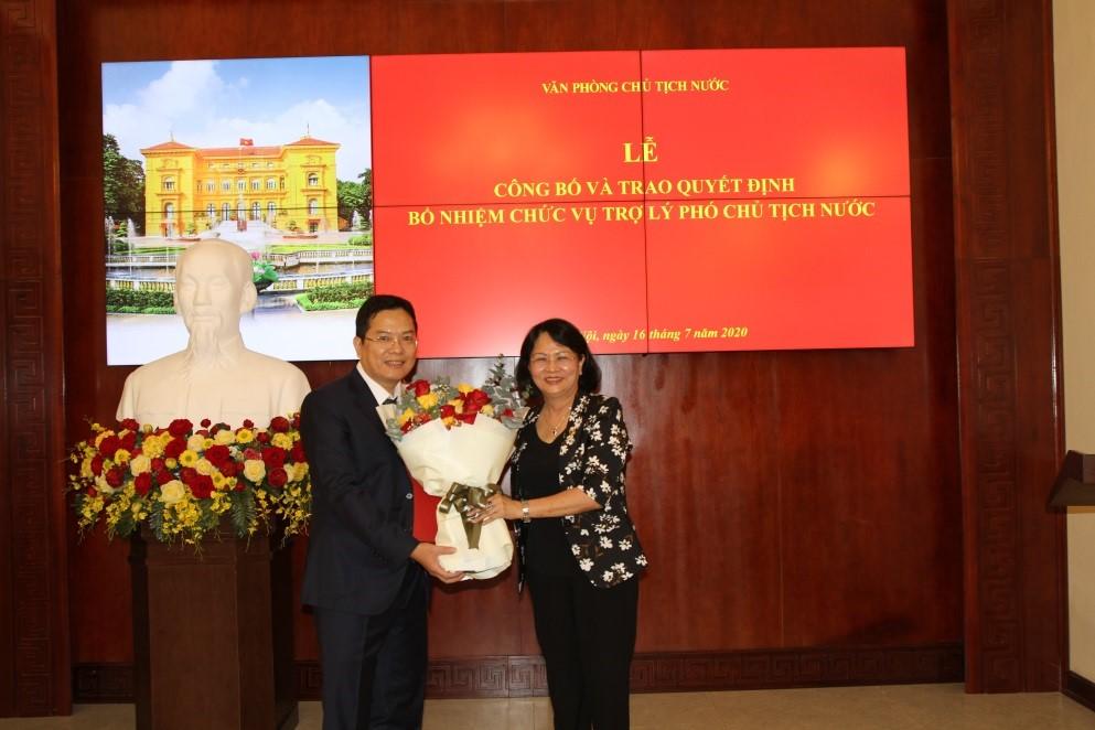 Phó Chủ tịch nước Đặng Thị Ngọc Thịnh trao Quyết định cho ông Nguyễn Dũng Tiến