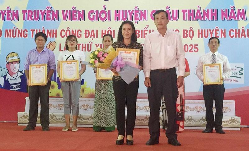 Chủ tịch HĐND huyện Huỳnh Thanh Tuấn trao thưởng cho các đơn vị đạt giải cuộc thi.