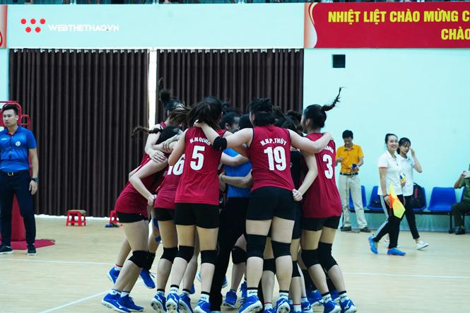 Niềm vui của các cô gái BTL Thông tin - LienVietPostBank sau trận chung kết