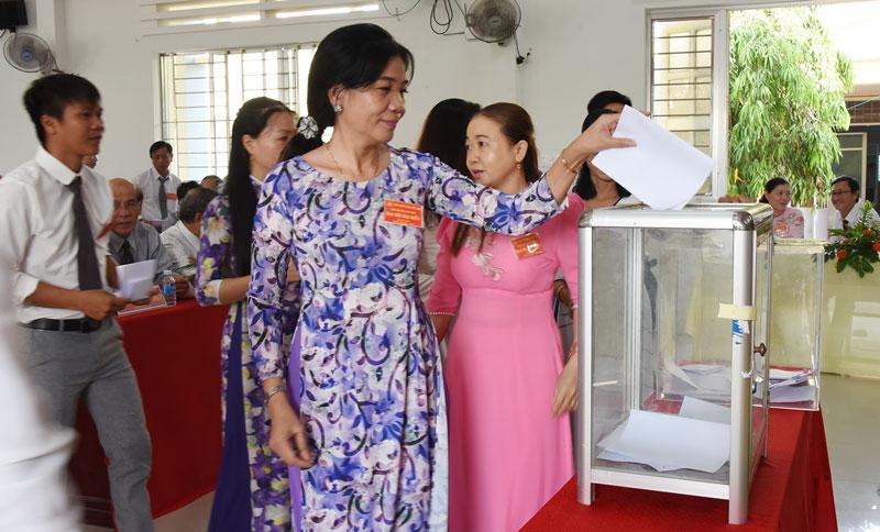 Đại biểu bỏ phiếu bầu Ban Chấp hành Đảng bộ xã Long Thới nhiệm kỳ 2020 - 2025.