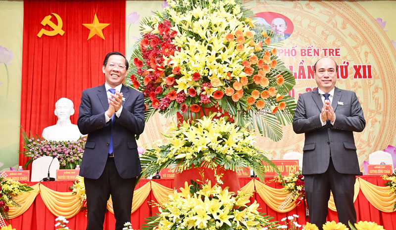 Bí thư Tỉnh ủy Phan Văn Mãi trao hoa chúc mừng đại hội.