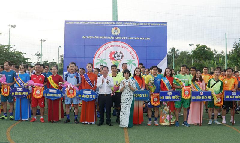 Ban tổ chức trao hoa và cờ lưu niệm cho các đội.