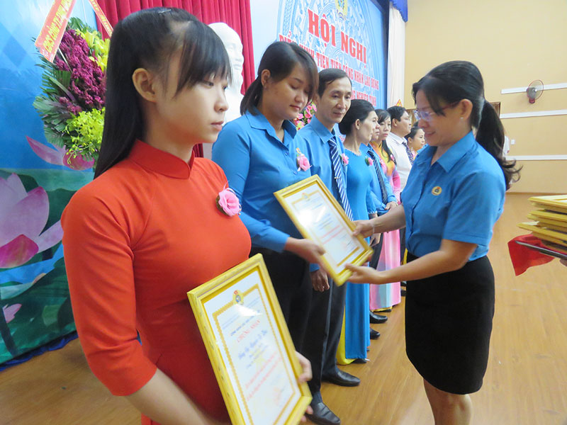 Phó chủ tịch Liên đoàn Lao động tỉnh Nguyễn Thị Kim Dung trao thưởng cho gương điển hình trong các phong trào thi đua.