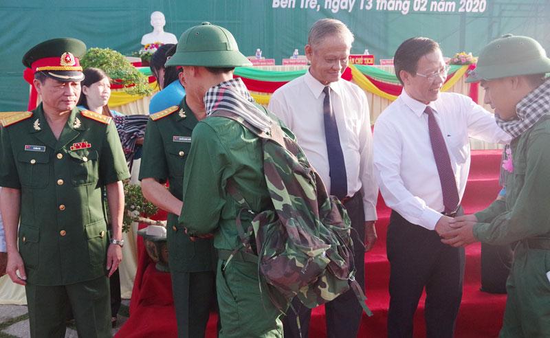 Bí thư Tỉnh ủy Phan Văn Mãi thăm hỏi tân binh chuẩn bị lên đường nhập ngũ ở huyện Chợ Lách. Ảnh: Đặng Thạch
