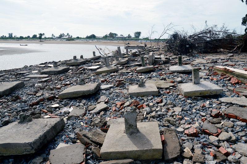 Bờ biển ngày càng bị xói lở mạnh do tác động của biến đổi khí hậu, sóng lớn, triều cường.