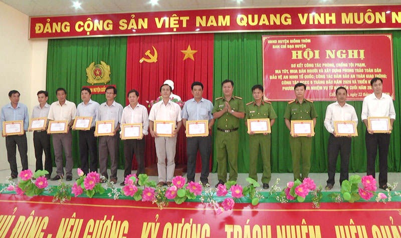 """12 đơn vị được công nhận """"Đơn vị tiên tiến trong phong trào toàn dân tham gia phòng cháy và chữa cháy""""."""