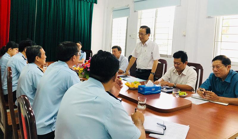 Phó chủ tịch UBND tỉnh Nguyễn Trúc Sơn thăm và làm việc tại Chi cục Hải quan Bến Tre ngày 16-7-2020.