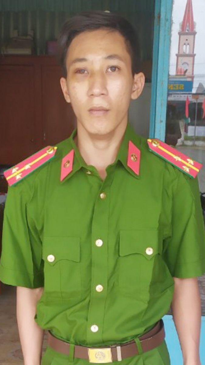 Nguyễn Trường Duy đang mặc trang phục CAND mua trên mạng xã hội.