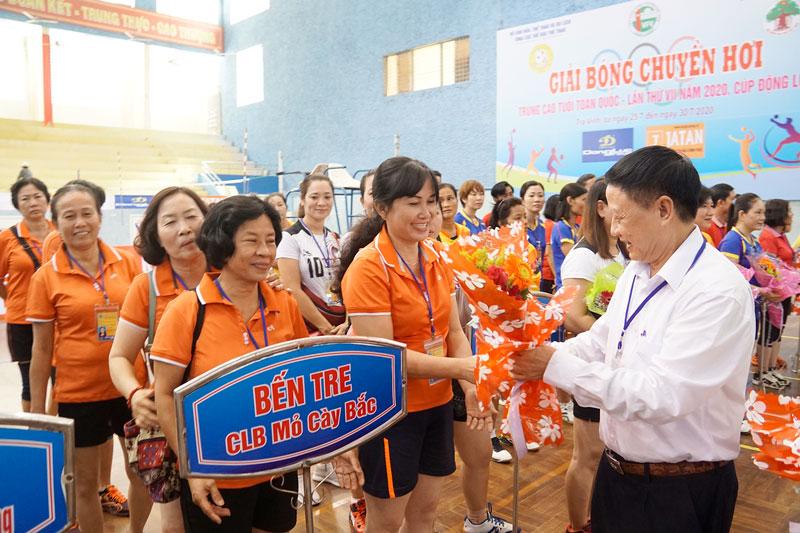 Ban tổ chức trao hoa, cờ lưu niệm và quà cho các đội về tham dự giải.