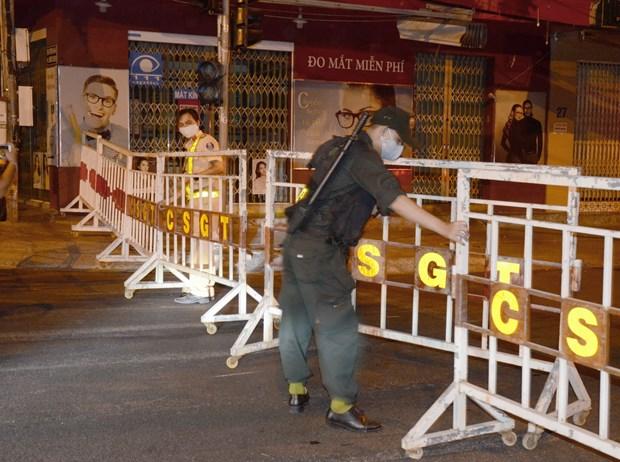 Lực lượng chức năng lập hàng rào phong tỏa và chốt chặn khu vực bị cách ly tại TP. Đà Nẵng. Ảnh: Quốc Dũng - TTXVN