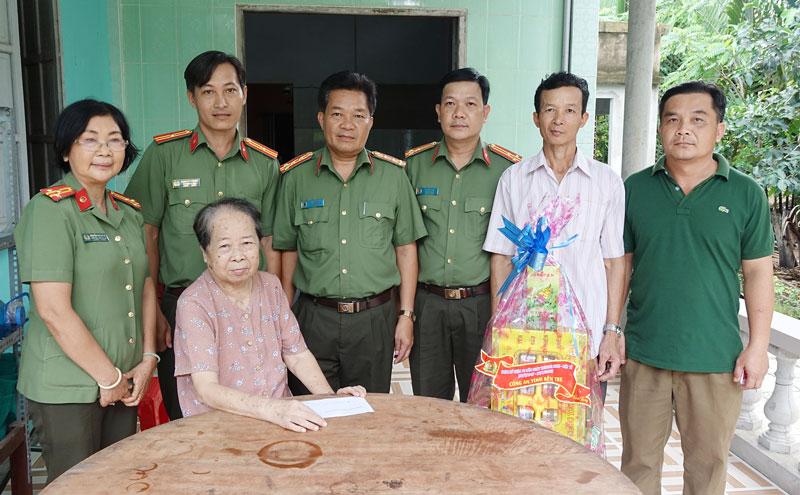 Phó giám đốc Công an tỉnh Phạm Văn Ngót thăm, tặng quà mẹ Việt Nam anh hùng tại xã Phú Mỹ, huyện Mỏ Cày Bắc. Ảnh:  Đăng Khoa
