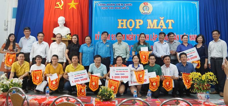 Ban tổ chức trao giải cho các đội thi đấu bóng chuyền hơi.