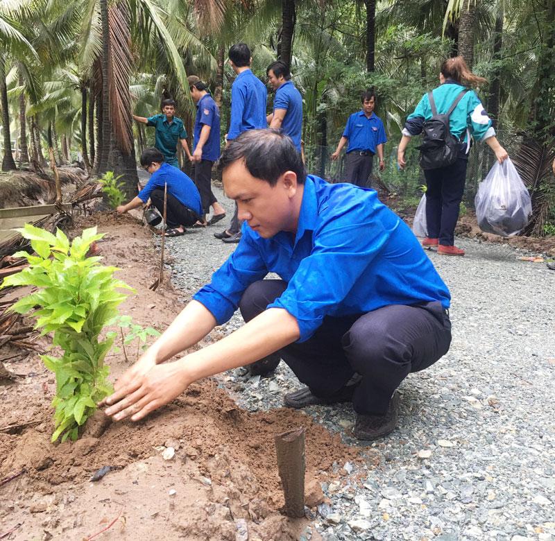 Chi đoàn Sở Công Thương cùng Đoàn Cơ sở Công ty Điện lực Bến Tre ra quân trồng cây và thu gom gác thải.