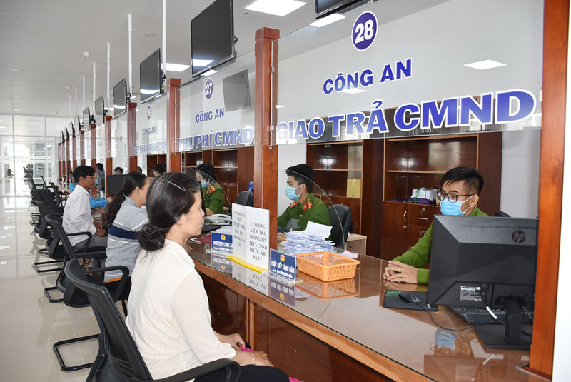 Khu vực tiếp nhận thủ tục cấp giấy CMND của Công an tỉnh tại Trung tâm Phục vụ hành chính công tỉnh Bến Tre. Ảnh: Minh Tú
