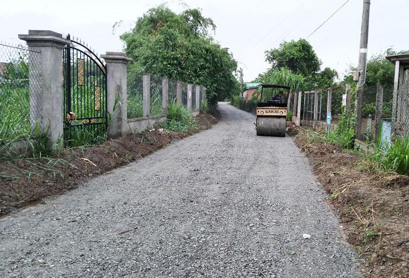 Thi công đường nông thôn xã Phú Lễ.