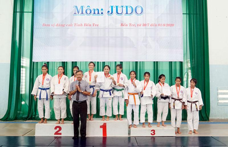 Ban tổ chức trao giải cho các vận động viên.