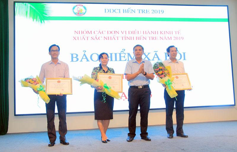 Chủ tịch UBND tỉnh Cao Văn Trọng trao giấy chứng nhận đơn vị sở ban ngành có chất lượng điều hành xuất sắc DDCI Bến Tre 2019.