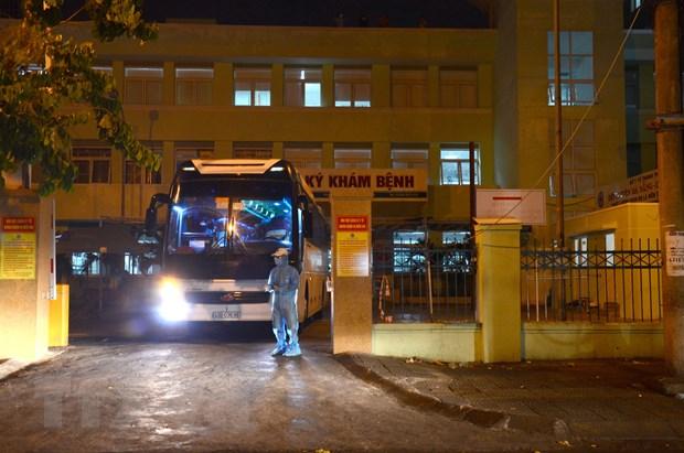 Phun hóa chất tiêu độc khử trùng khu vực cổng bệnh viện Đà Nẵng. Ảnh: Quốc Dũng/TTXVN