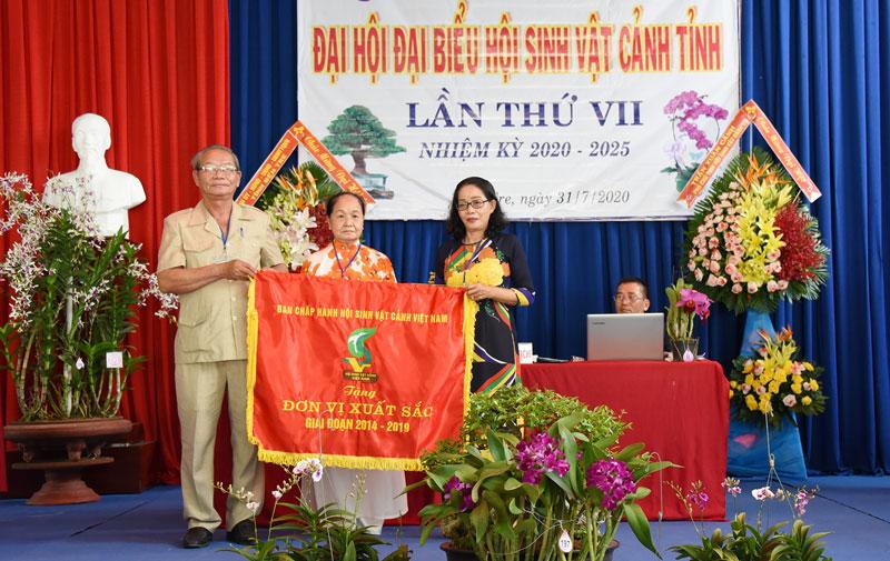 Ông Trần Công Cảnh - Phó chủ tịch Hội Sinh vật cảnh Việt Nam trao Cờ thi đua cho Hội Sinh vật cảnh tỉnh Bến Tre.