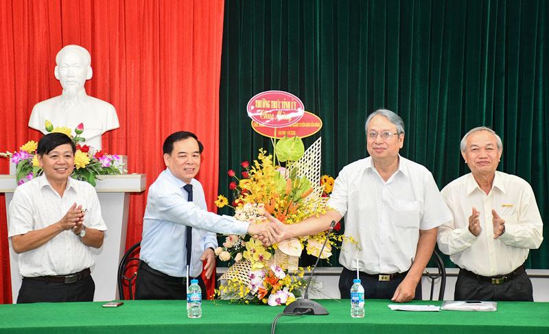 Phó bí thư Thường trực Tỉnh ủy Trần Ngọc Tam trao hoa chức mừng và chụp ảnh chung bới các đại biểu.