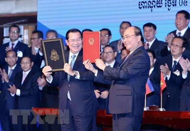 Thủ tướng Nguyễn Xuân Phúc và Thủ tướng Campuchia Samdech Techo Hun Sen ký Hiệp ước bổ sung Hiệp ước hoạch định biên giới quốc gia năm 1985 và Hiệp ước bổ sung năm 2005 giữa Cộng hòa XHCN Việt Nam và Vương quốc Campuchia tháng 10-2019. (Ảnh: Dương Giang/TTXVN)
