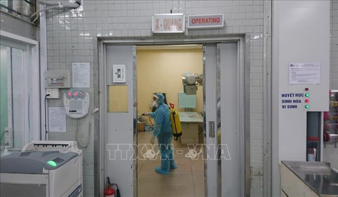 Khử trùng bệnh viện có bệnh nhân mắc COVID-19. Ảnh: TTXVN