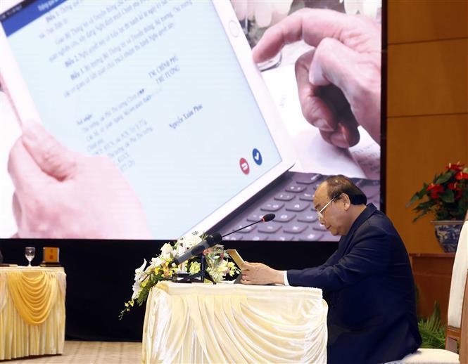 Thủ tướng Nguyễn Xuân Phúc chủ trì phiên họp Chính phủ bằng E-Cabinet. Ảnh tư liệu: Thống Nhất/TTXVN