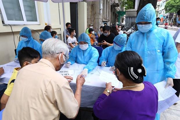 Người về từ Đà Nẵng làm thủ tục xét nghiệm nhanh tại phường Bách Khoa và phường Cầu Dền (quận Hai Bà Trưng) sáng 1-8-2020. Ảnh: Minh Quyết/TTXVN