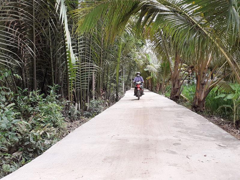 Tuyến đường ấp 2A -  liên xã Thạnh Phú Đông - Tân Lợi Thạnh được lực lượng cán bộ, đoàn viên, thanh niên trên địa bàn huyện Giồng Trôm vừa xây dựng hoàn thành.