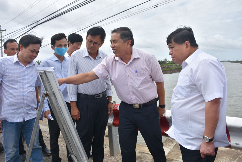 Bộ trưởng Nguyễn Chí Dũng (người thứ nhất bên phải) làm việc với lãnh đạo tỉnh trong chuyến khảo sát tại Hồ chứa nước ngọt Ba Tri