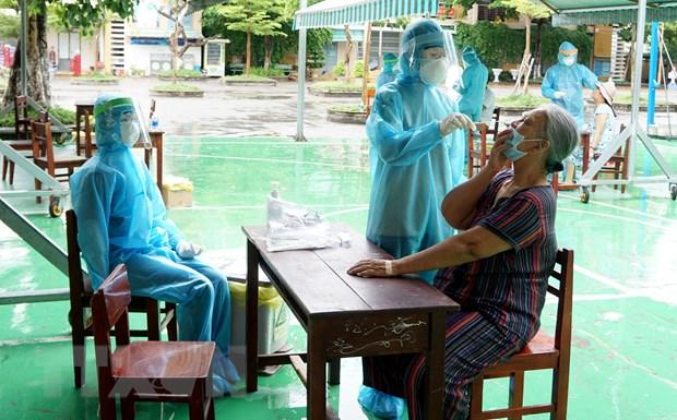 Lấy mẫu sinh phẩm của người dân vùng phong tỏa tại Đà Nẵng để xét nghiệm SARS-CoV-2. Ảnh: TTXVN phát