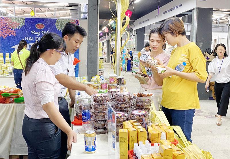 Doanh nghiệp Bến Tre tham gia chương trình kích cầu tiêu dùng tại TP. Hồ Chí Minh. Ảnh: C.Trúc