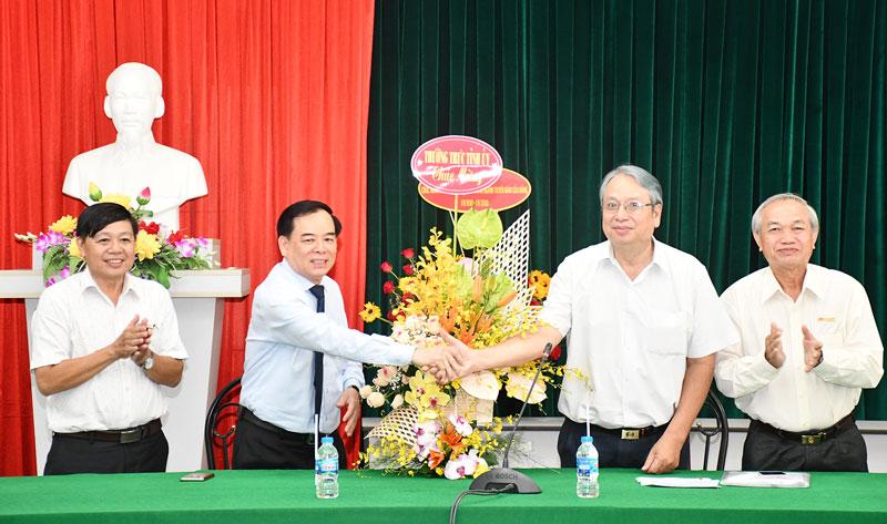 Phó bí thư Thường trực Tỉnh ủy Trần Ngọc Tam (thứ 2, trái sang) tặng hoa chúc mừng nhân kỷ niệm 90 năm Ngày truyền thống ngành tuyên giáo. Ảnh: T.Huyền