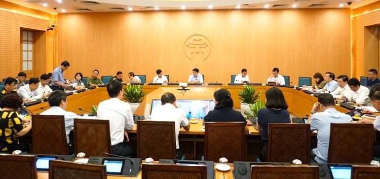 Ông Trương Quang Việt, Phó Giám đốc phụ trách CDC Hà Nội (người đứng) thông tin về ca nhiễm mới ở Hà Nam đã từng đến bến xe Nước Ngầm ở Hà Nội. Ảnh: Trung Nguyên