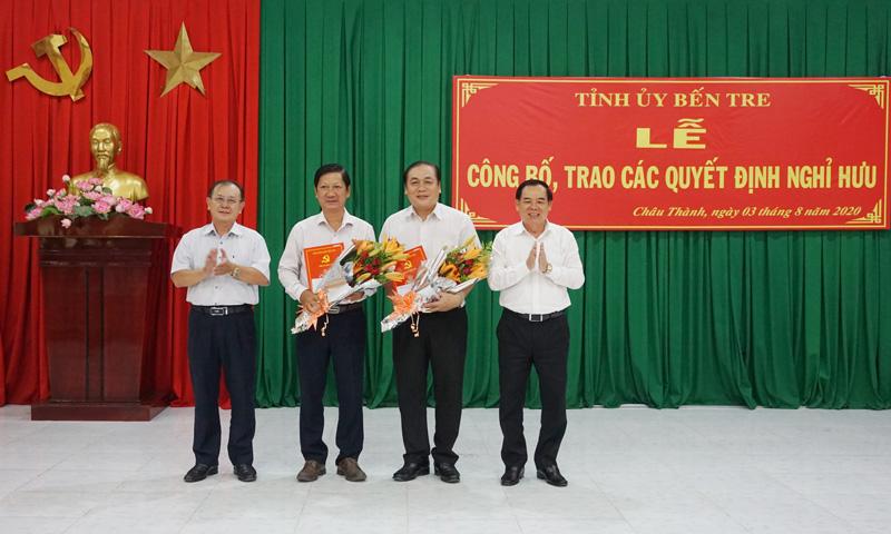 Phó bí thư Thường trực Tỉnh ủy Trần Ngọc Tam, Phó chủ tịch Thường trực HĐND tỉnh Huỳnh Quang Triệu trao quyết định và hoa cho các đồng chí nghỉ hưu thuộc Ban Thường vụ Tỉnh ủy quản lý.