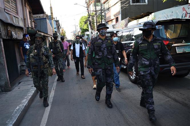 Cảnh sát tuần tra tại một tuyến phố ở ngoại ô thủ đô Manila, Philippines sau khi chính quyền địa phương tái áp đặt lệnh phong tỏa trong bối cảnh dịch COVID-19 lây lan nhanh, ngày 16-7-2020. Ảnh: AFP/TTXVN