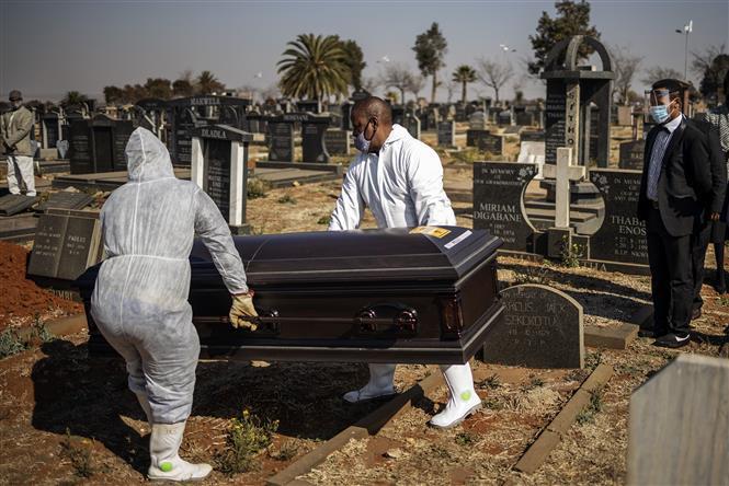 Chôn cất thi thể bệnh nhân COVID-19 tại một nghĩa trang ở Soweto, Nam Phi ngày 24-7-2020. Ảnh: AFP/TTXVN