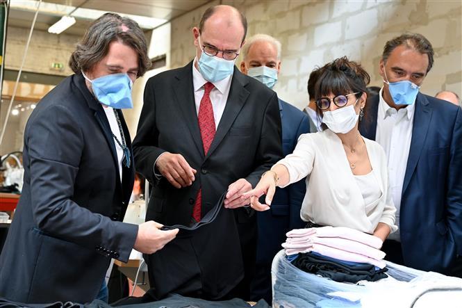 Thủ tướng Pháp Jean Castex (giữa) thăm một xưởng sản xuất khẩu trang ở Roubaix, Pháp, ngày 3-8-2020. Ảnh: AFP/TTXVN