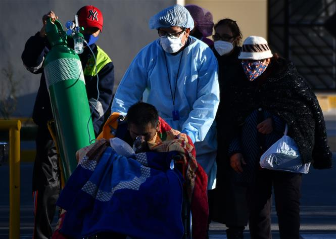 Điều trị cho bệnh nhân nhiễm COVID-19 tại bệnh viện ở Arequipa, Peru, ngày 23-7-2020. Ảnh: AFP/TTXVN