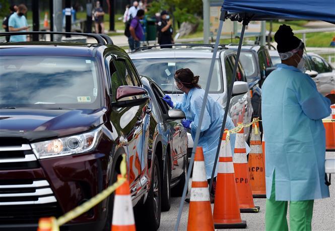 Lấy mẫu xét nghiệm tại bang Florida, Mỹ. Ảnh: AFP/TTXVN