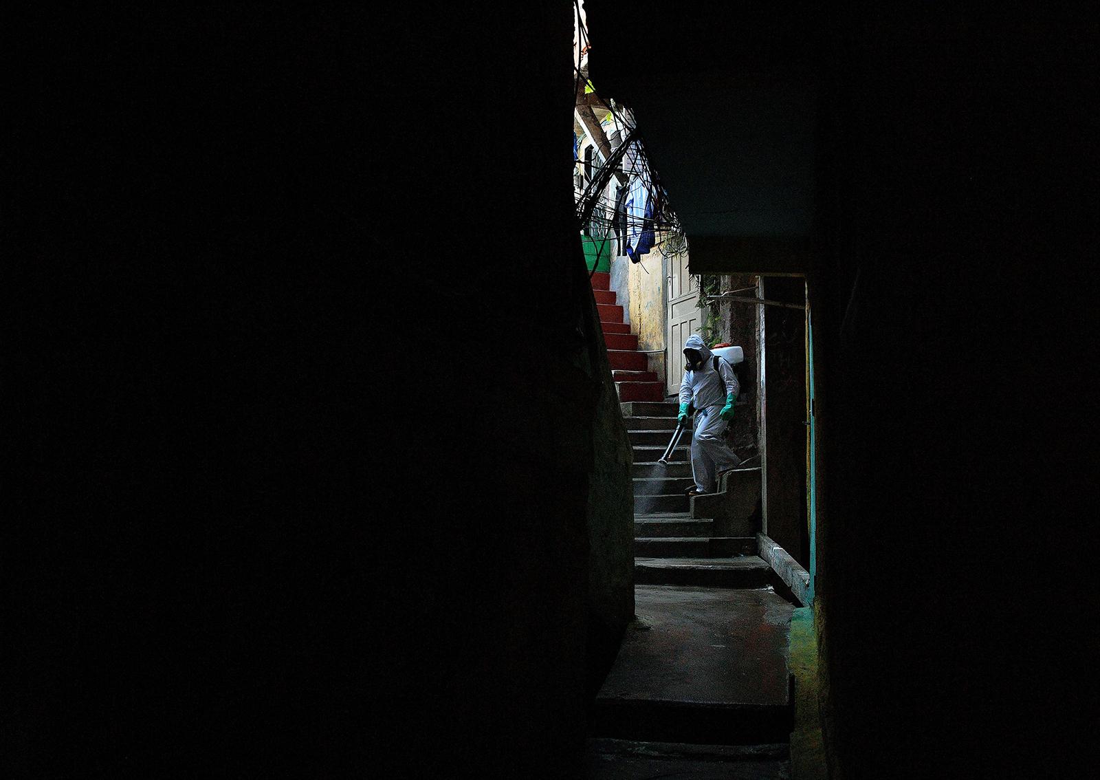 Tình nguyện viên phun thuốc khử trung tại Santa Marta Favela, Rio de Janeiro ngày 1-8-2020. Ảnh: AFP/Getty Images