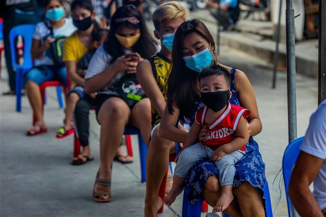 Người dân xếp hàng chờ xét nghiệm COVID-19 tại Manila, Philippines ngày 28-7-2020. Ảnh: THX/TTXVN