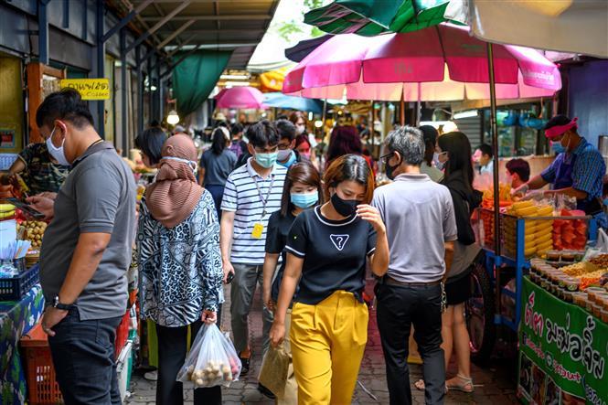 Người dân đeo khẩu trang phòng lây nhiễm COVID-19 khi mua sắm tại một khu chợ ở Bangkok, Thái Lan ngày 9-6-2020. Ảnh: AFP/TTXVN