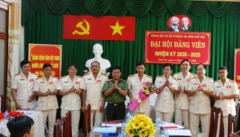 Lãnh đạo Công an tỉnh tặng hoa chúc mừng đại hội đảng bộ cơ sở phòng an ninh đối nội. Ảnh: PV