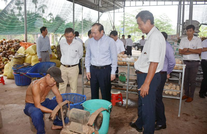 Chủ tịch Liên minh Hợp tác xã Việt Nam Nguyễn Ngọc Bảo (đứng giữa) thăm và làm việc tại Hợp tác xã dịch vụ nông nghiệp Châu Hòa.