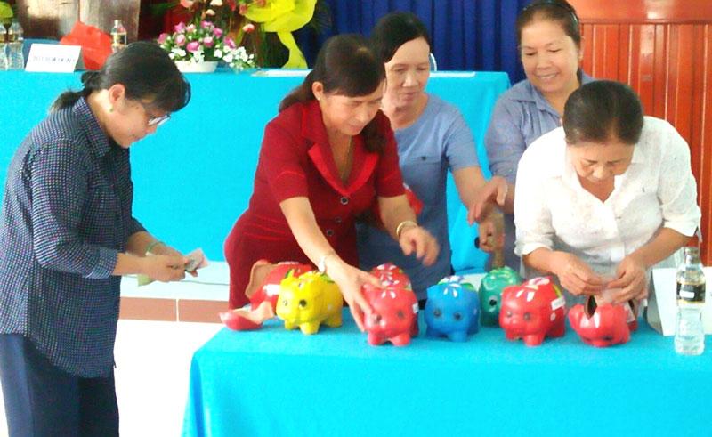 Khui heo đất tiết kiệm ở Hội Phụ nữ xã Phú Lễ. Ảnh: H. Đức