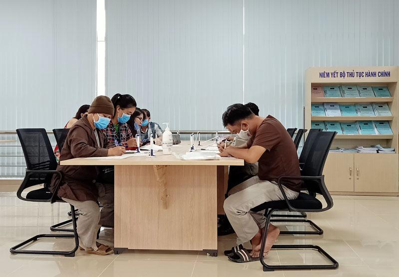 Người dân đến làm thủ tục tại Trung tâm Phục vụ hành chính công tỉnh.