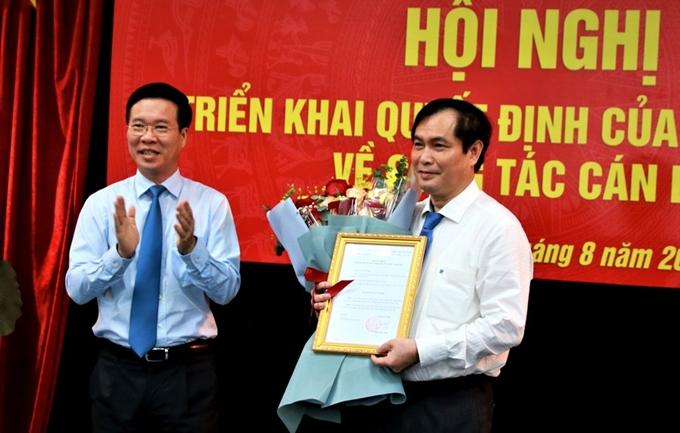 Đồng chí Võ Văn Thưởng trao quyết định Phó trưởng Ban Tuyên giáo Trung ương cho đồng chí Phan Xuân Thủy.